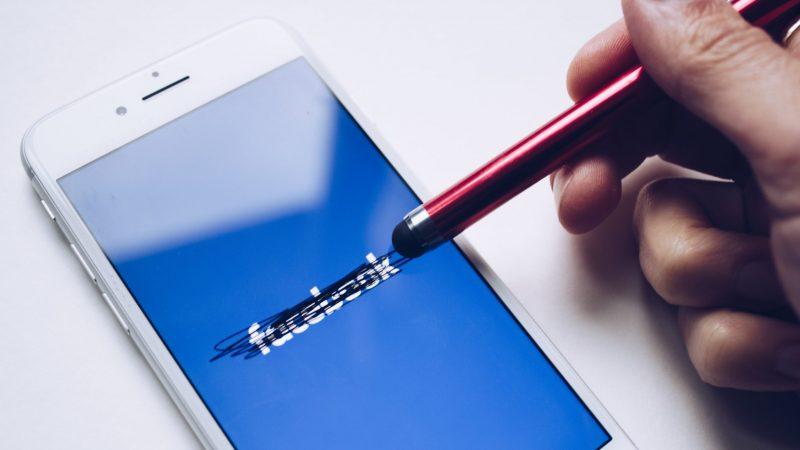 Zeznania byłej menedżerki Facebooka w Senacie USA to dla serwisu społecznościowego równie poważny problem wizerunkowi, co ostatnia kilkugodzinna awaria (Photo by Thought Catalog on Unsplash)